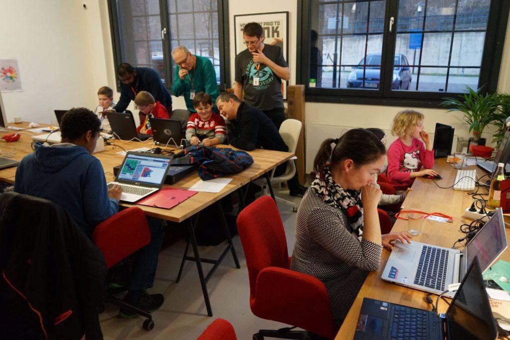 Teilnehmer am diskutieren und fokussiert am werkeln mit Microbit und Calliope Mini.